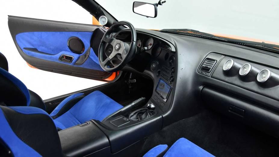 Provavelmente, o pequeno câmbio instalado em seu interior é falso, já que as especificações do veículo dizem que ele tem transmissão automática de quatro velocidades