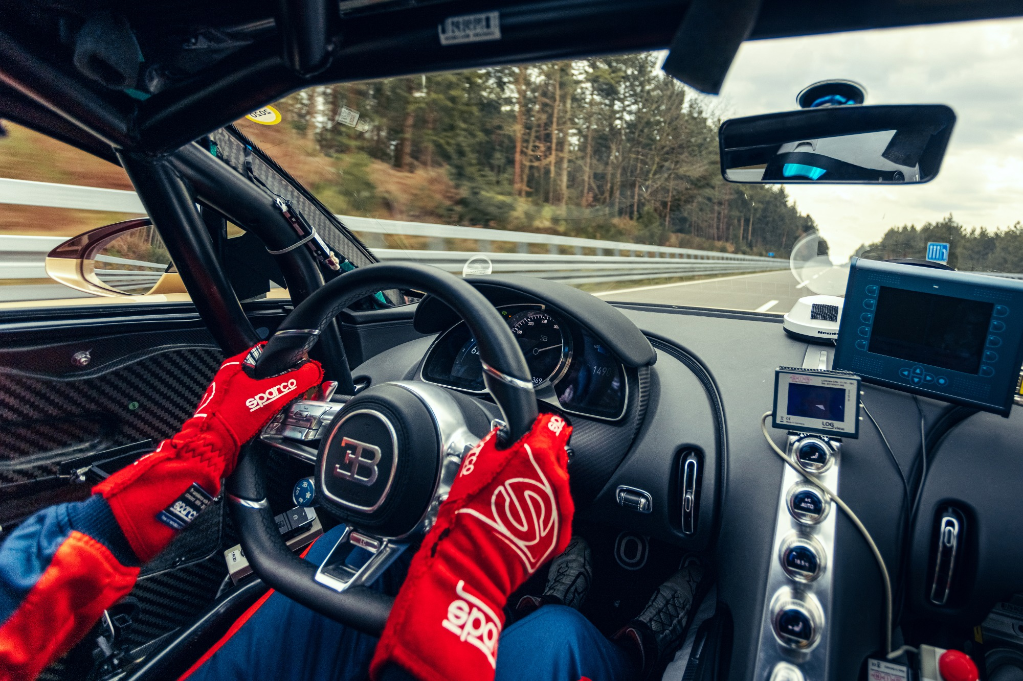 Interior da Bugatti Chiron sendo testada em sua velocidade maxima