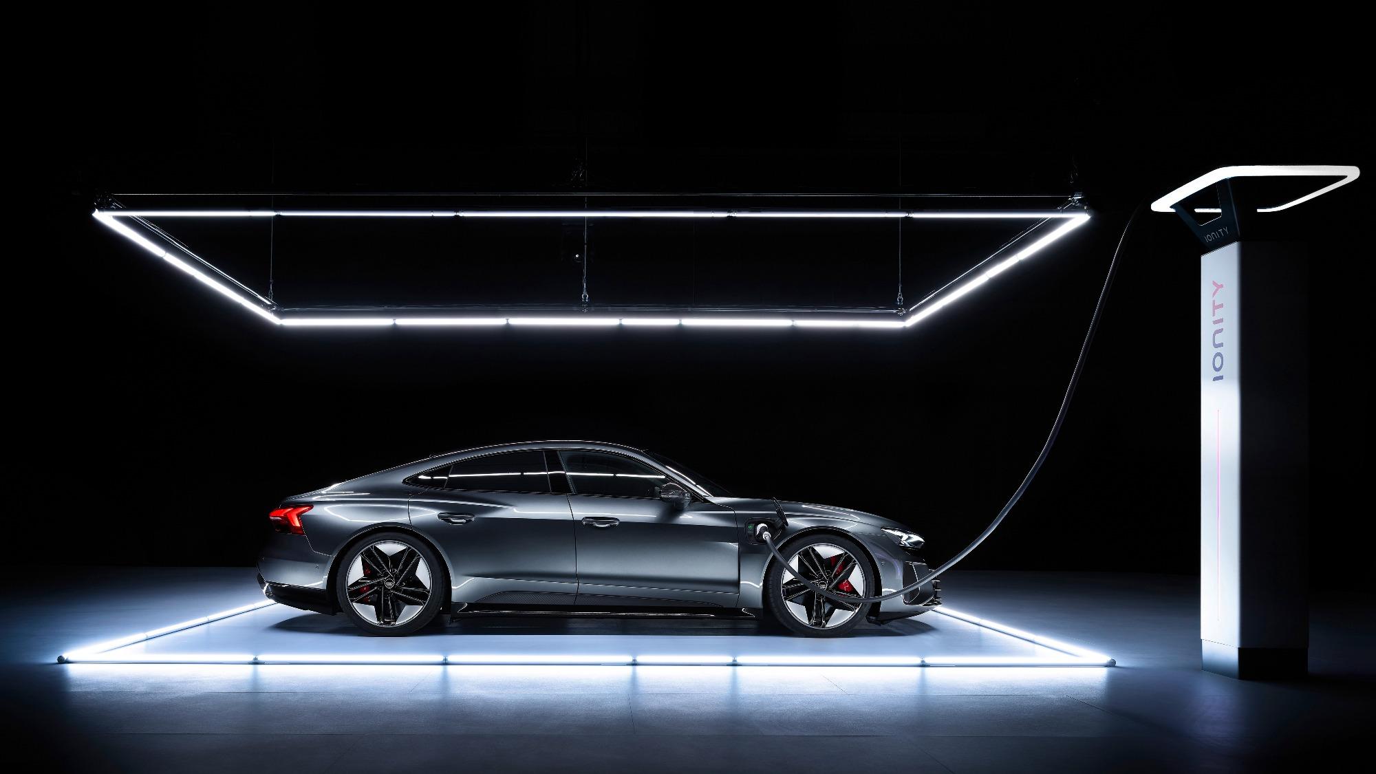 Audi RS e-tron GT preto de lado