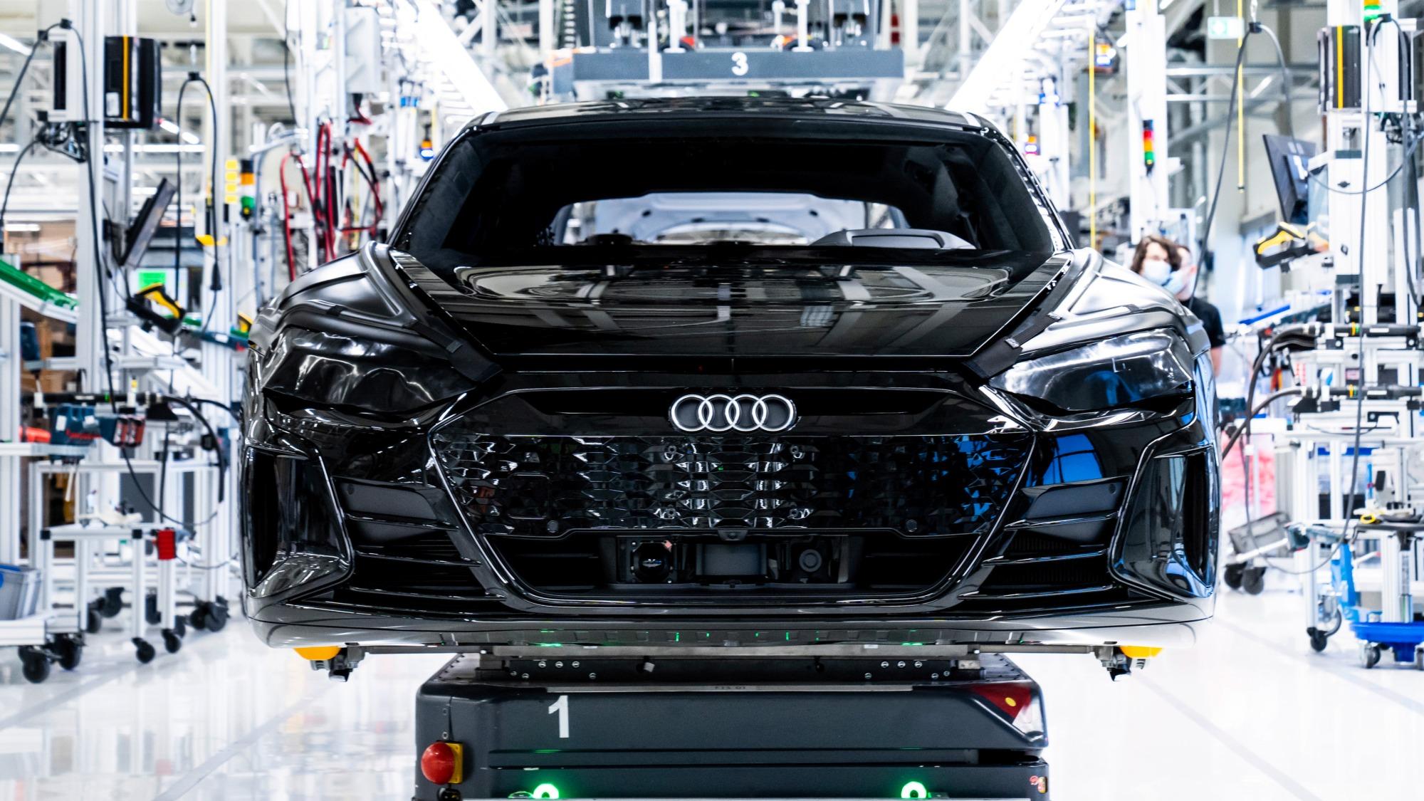 Audi e-tron GT preto visto de frente em fabricação