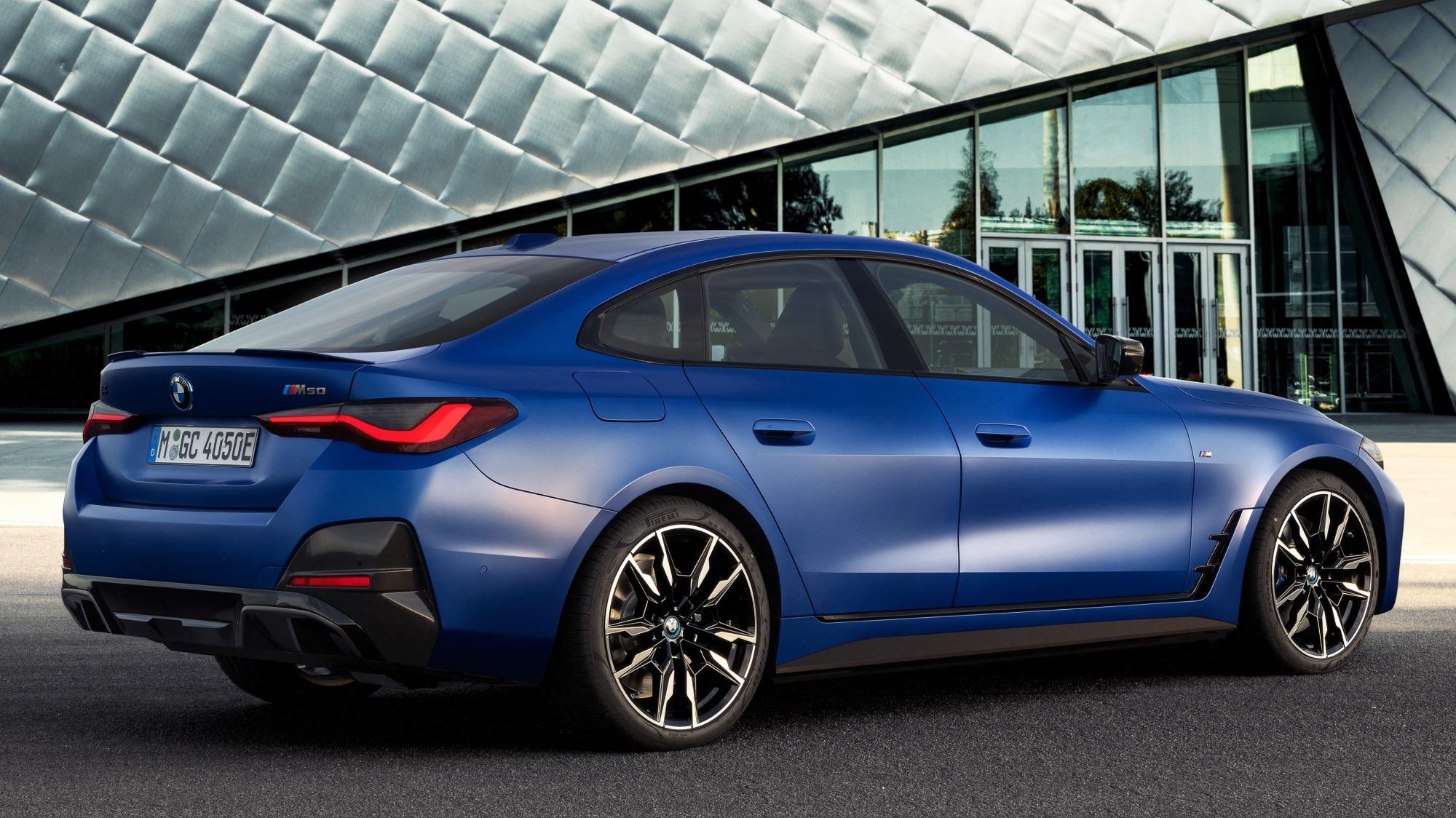 BMW i4 M50 azul visto 3/4 de trás