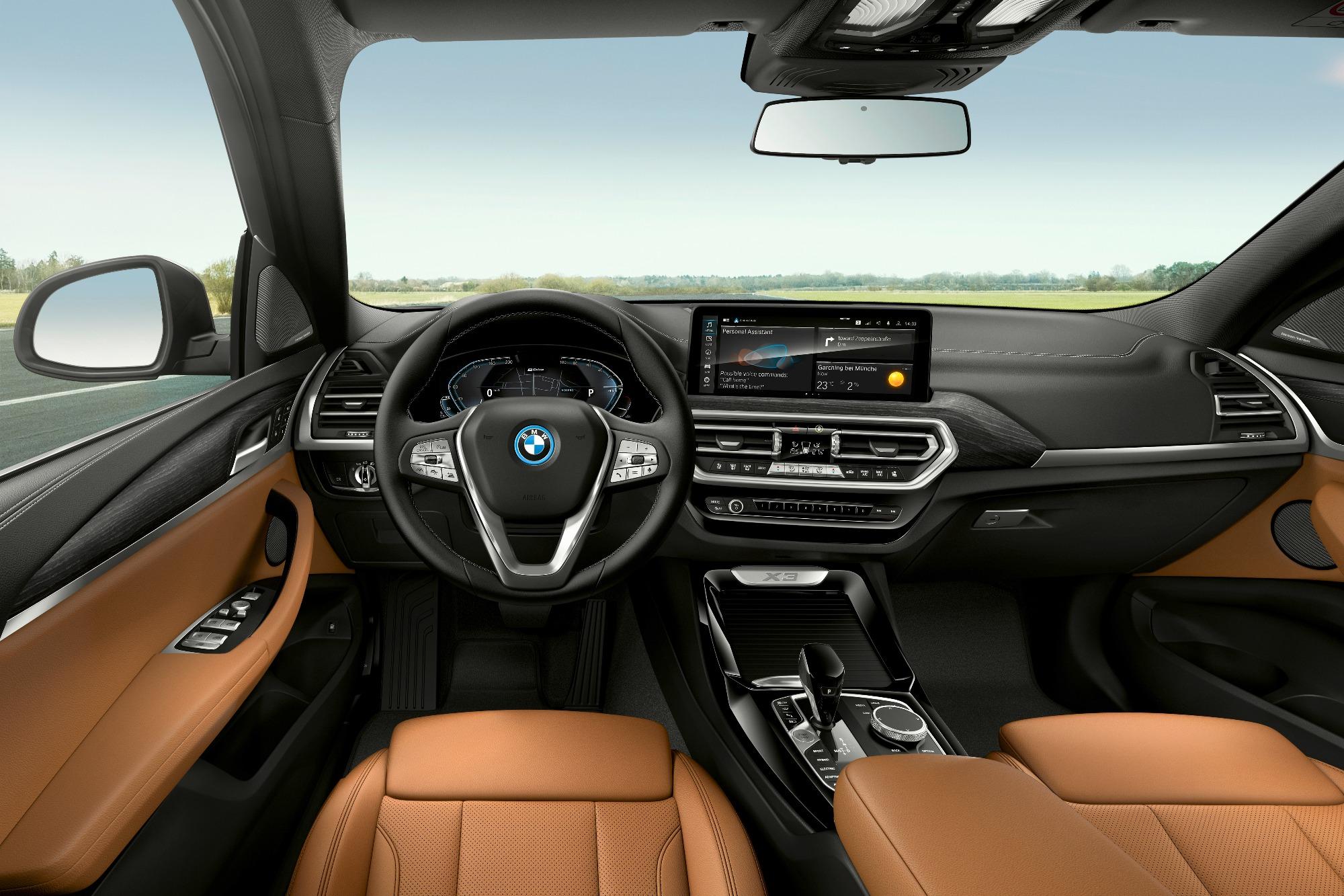Interior do BMW X3 2022 visto do banco da frente