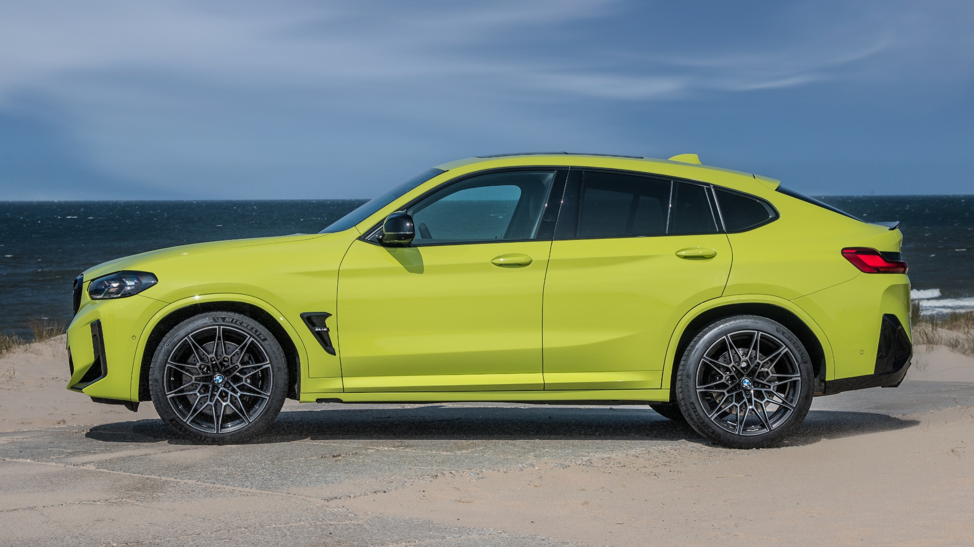 BMW X4 M Competition 2022 verde visto de lado