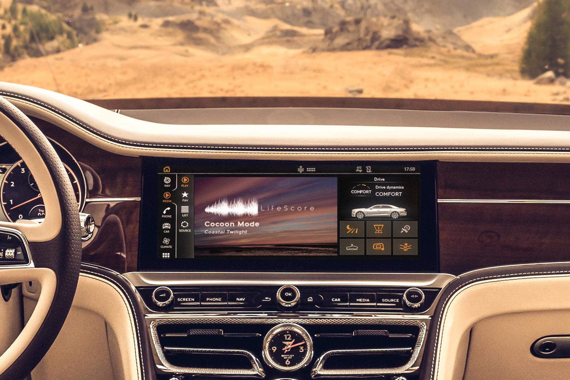 Painel de modelo Bentley com central multimídia escrito LifeScore