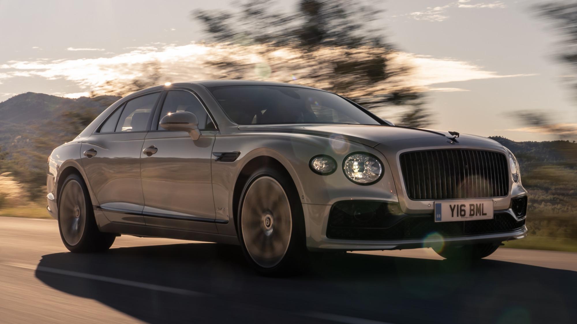 Bentley Flying Spur 2020 bege visto de 3/4 de frente