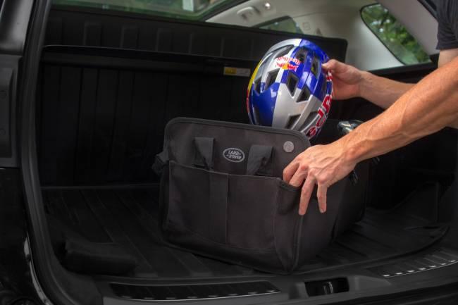 Capacete sendo colocado dentro de uma mochila