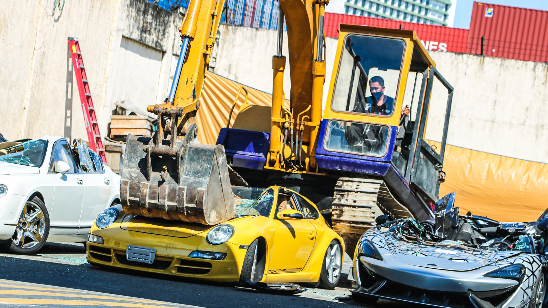 McLaren 620R, Lotus Elise, Bentley Flying Spur, Porsche 911, Mercedes-Benz SLK, Hyundai Genesis, Toyota Solara destruídos nas Filipinas (7)