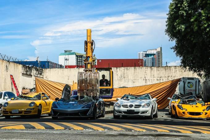 McLaren 620R, Lotus Elise, Bentley Flying Spur, Porsche 911, Mercedes-Benz SLK, Hyundai Genesis, Toyota Solara destruídos nas Filipinas abre