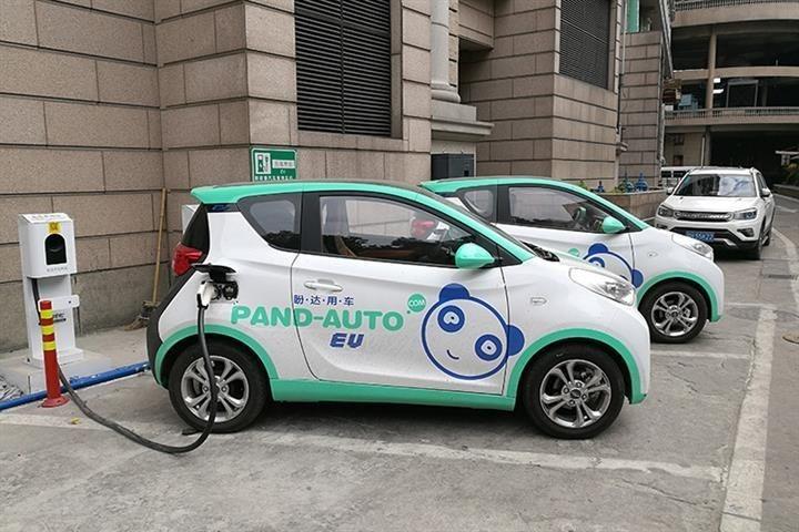 Lifan 330 EV 01 visto de lado com as cores da Pand-Auto