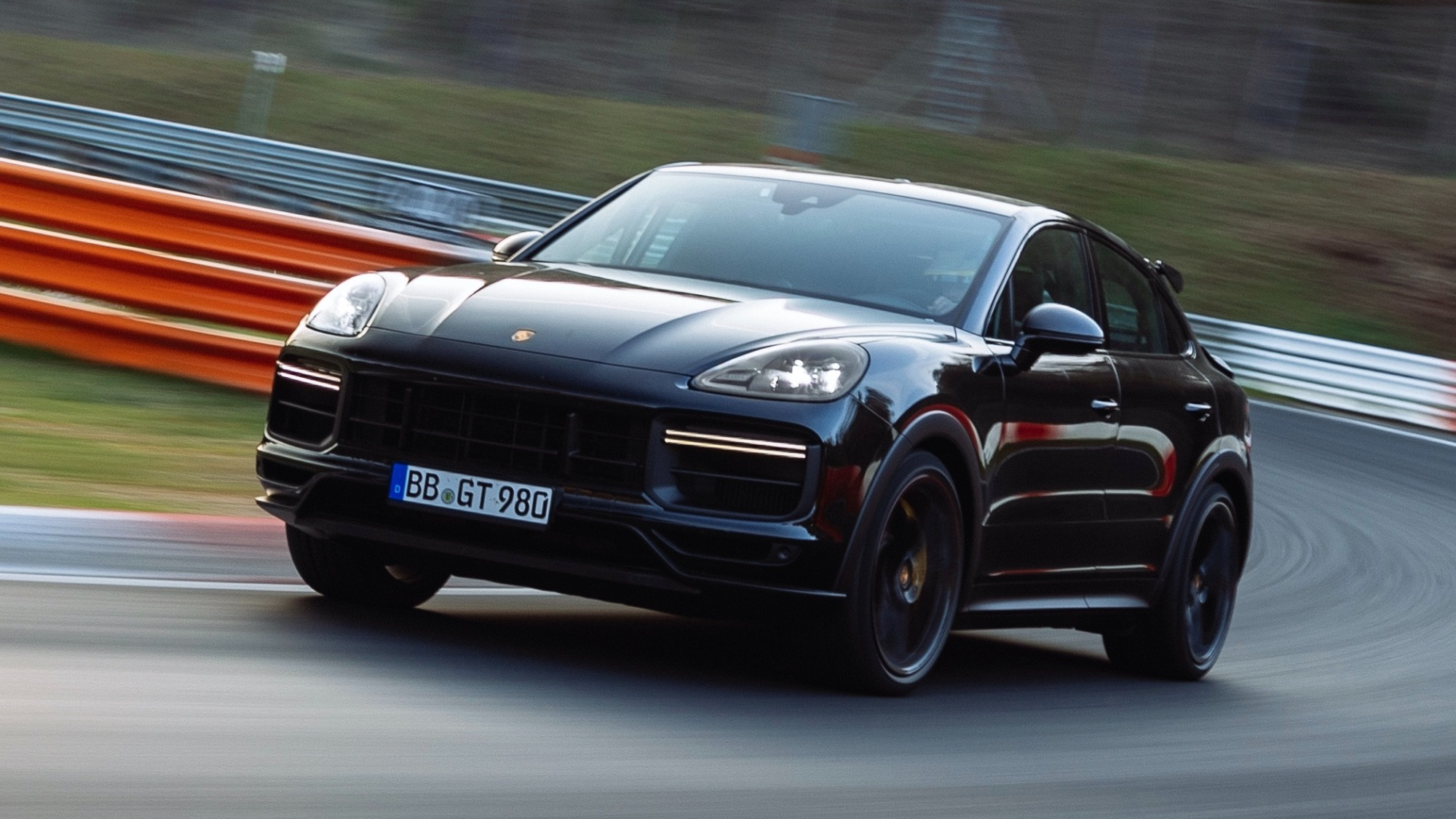 Porsche Cayenne Coupé Turbo preta vista 3/4 de frente