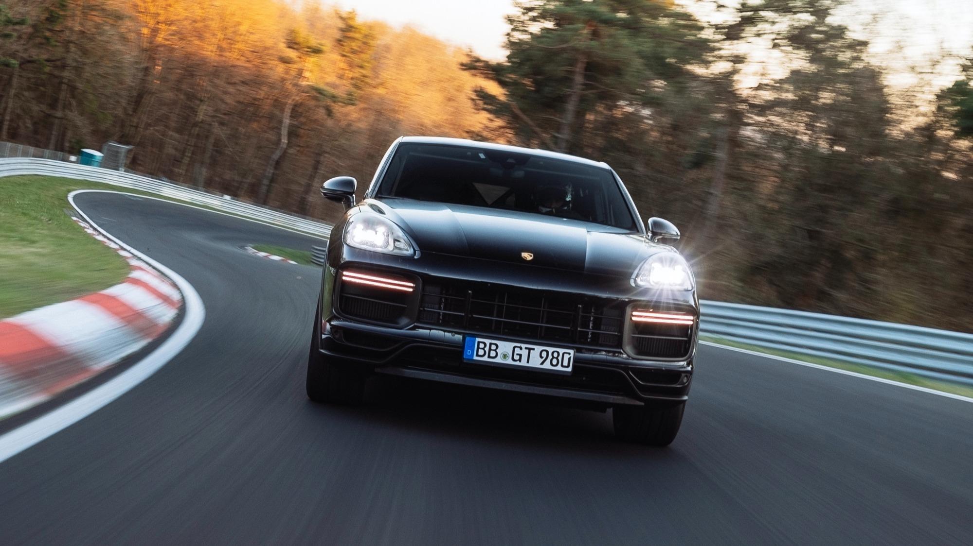 Porsche Cayenne Coupé Turbo preta vista de frente
