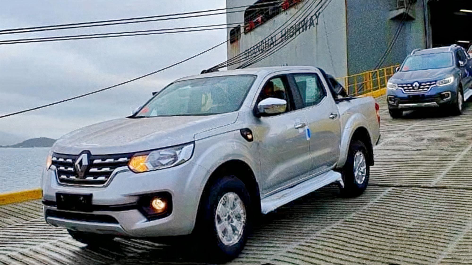 Ao menos quatro unidades da caminhonete média desembarcaram em Paranaguá (PR)