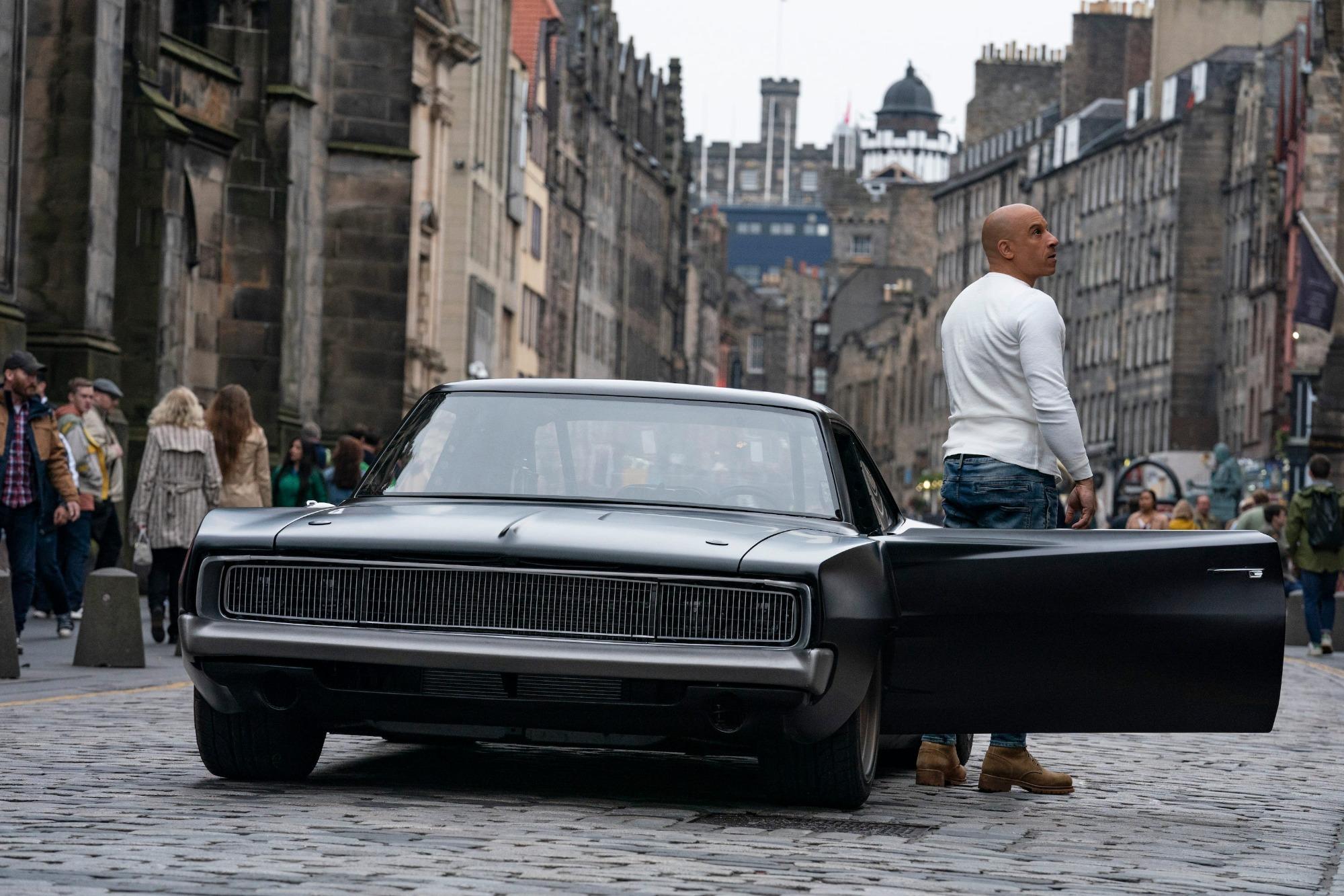 Vin Diesel e Dodge Charger preto vistos de frente
