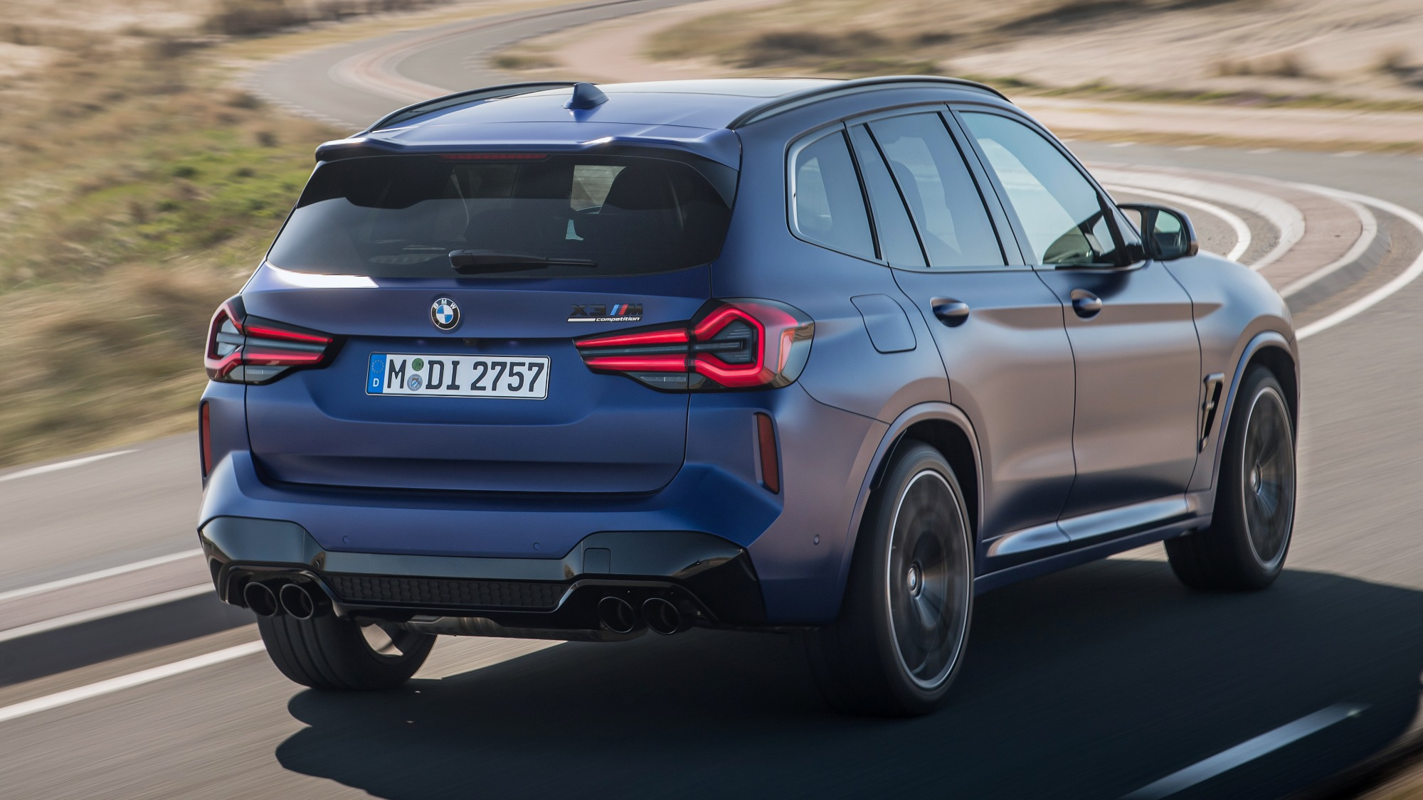 BMW X3 Competition 2022 azul visto 3/4 de trás