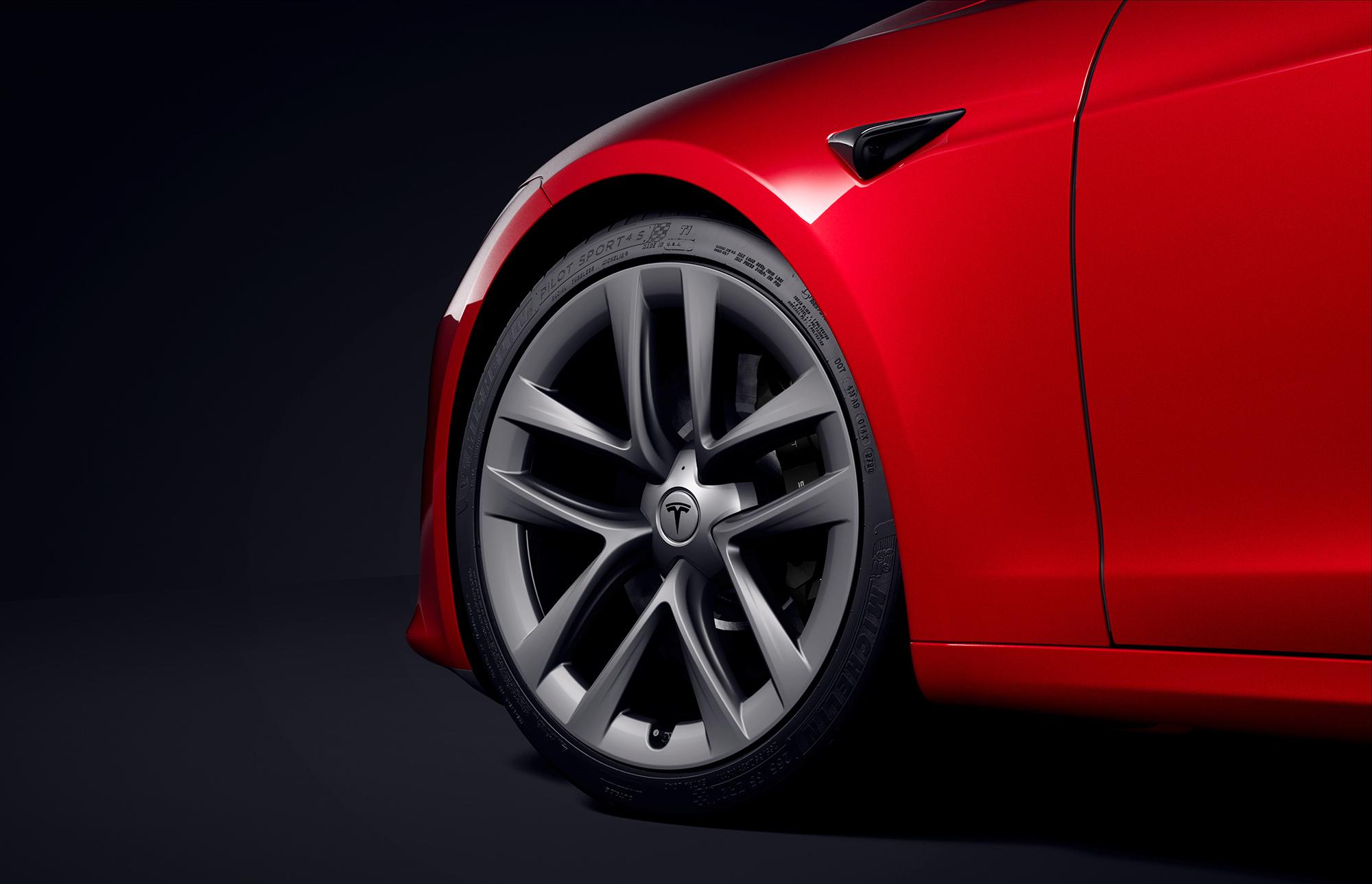 São necessários pneus e rodas esportivas, que não vêm de série, para atingir os 320 km/h