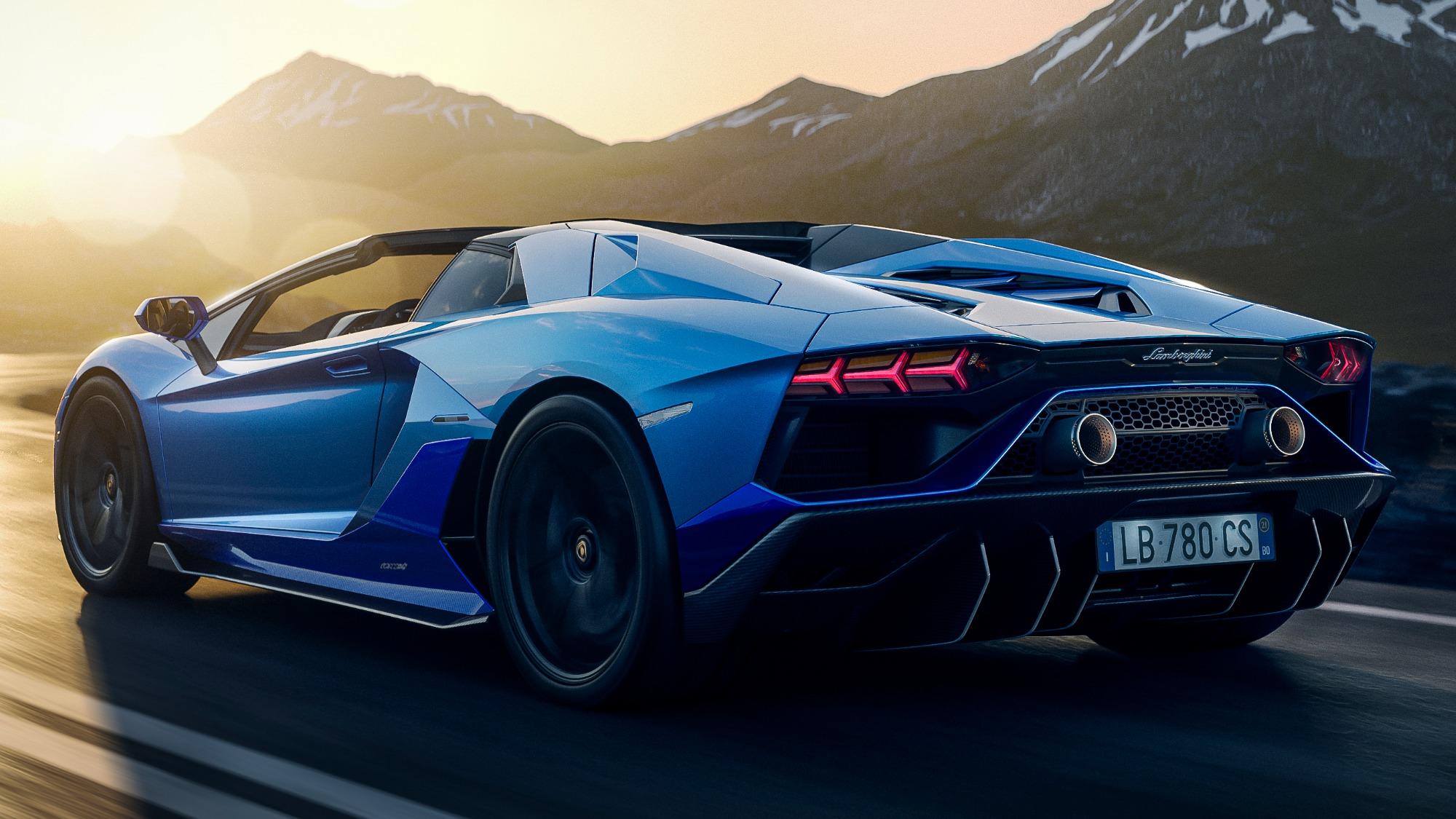 Lamborghini Aventador Ultimae conversível azul visto 3/4 de trás