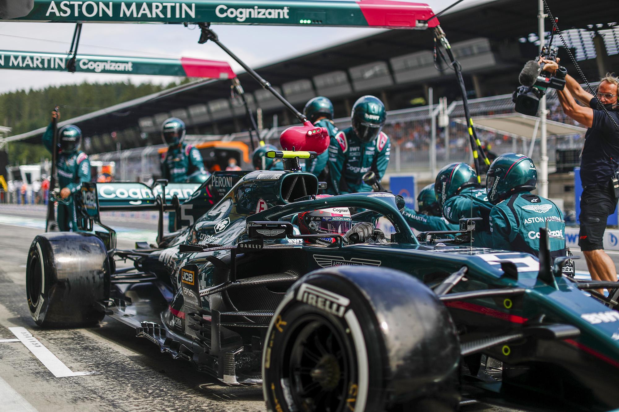 Aston Martin de Sebastian Vettel em um pit stop