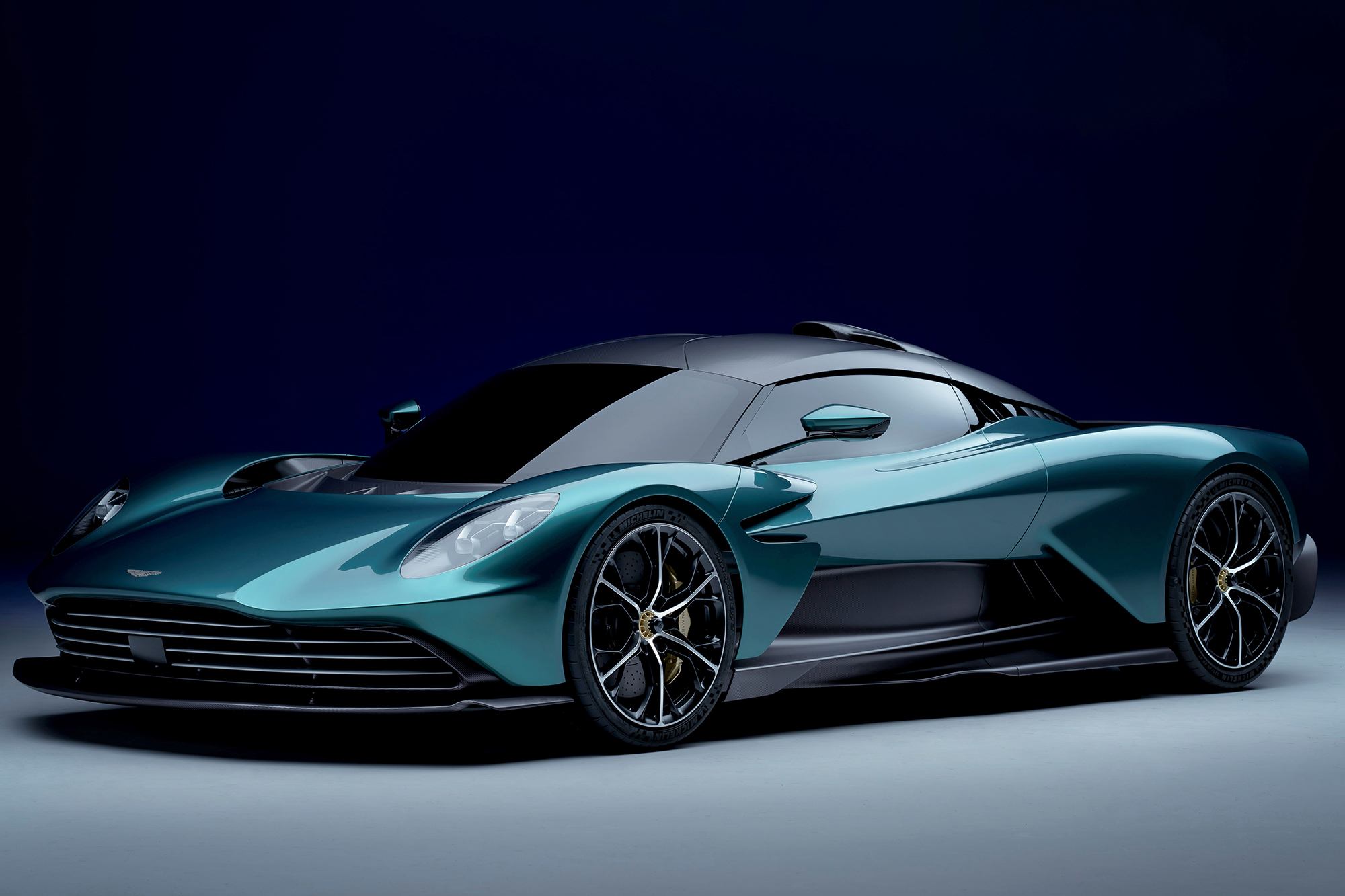 Aston Martin Valhalla verde escuro visto 3/4 de frente
