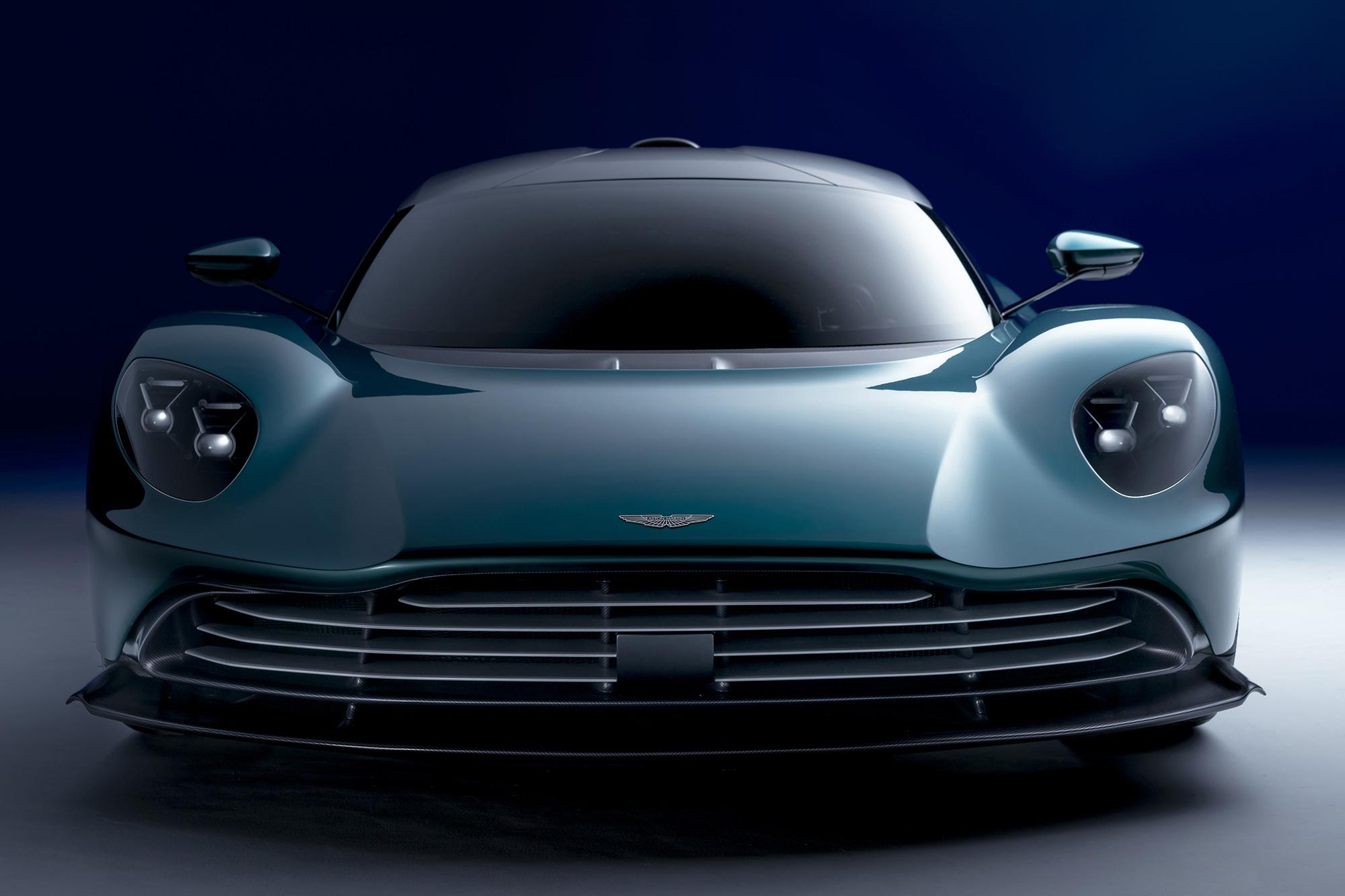 Aston Martin Valhalla verde visto de frente