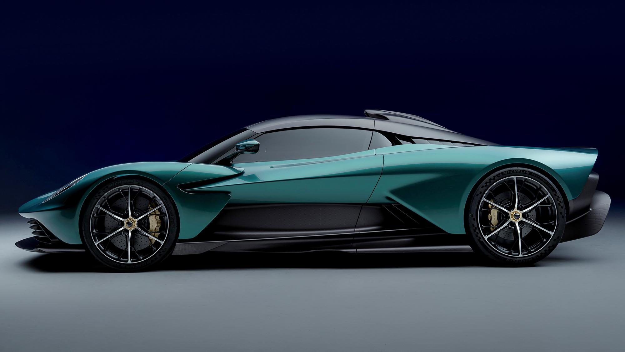 Aston Martin Valhalla verde visto de lado