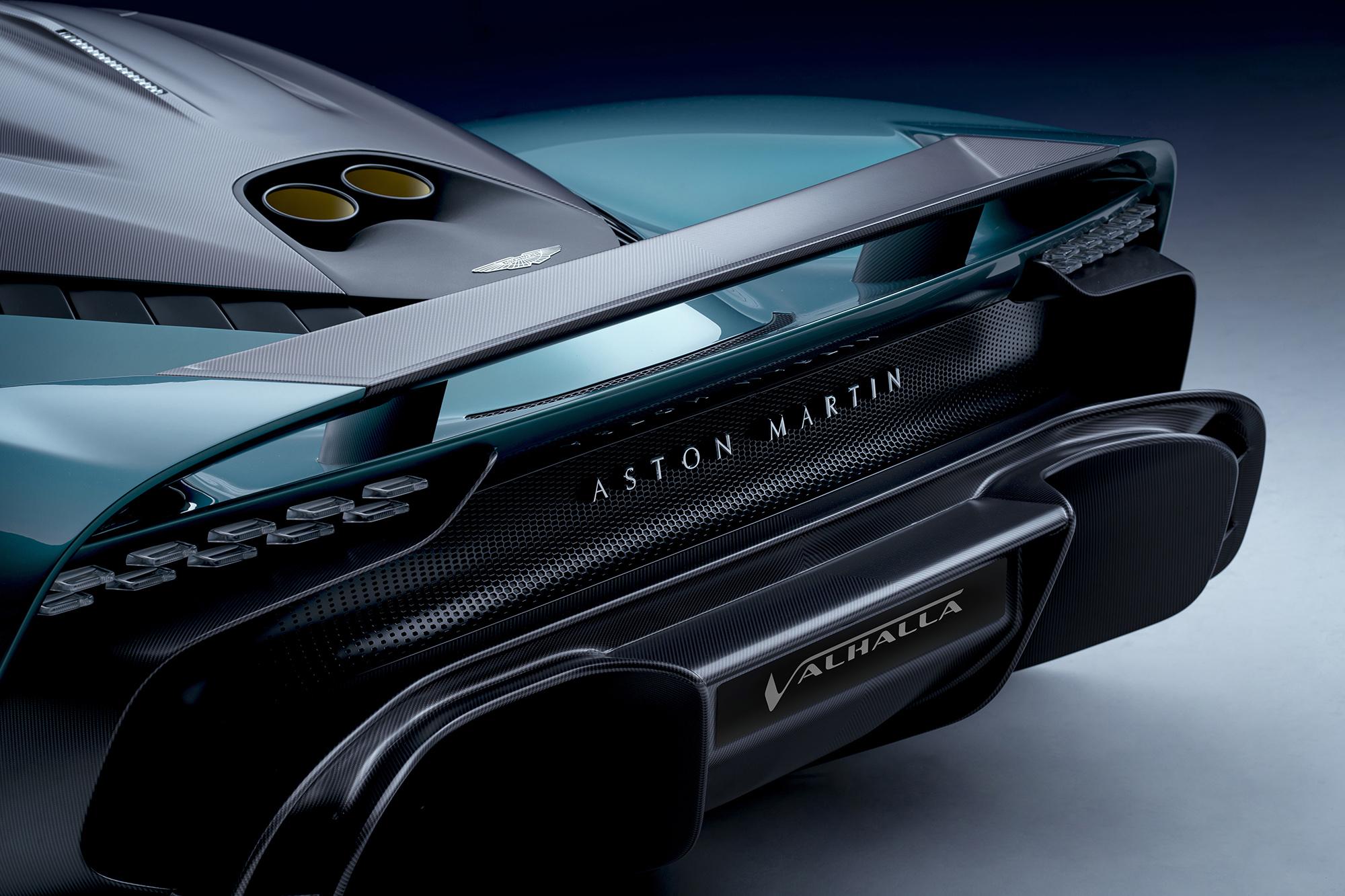 Traseira do Aston Martin Valhalla verde vista por trás