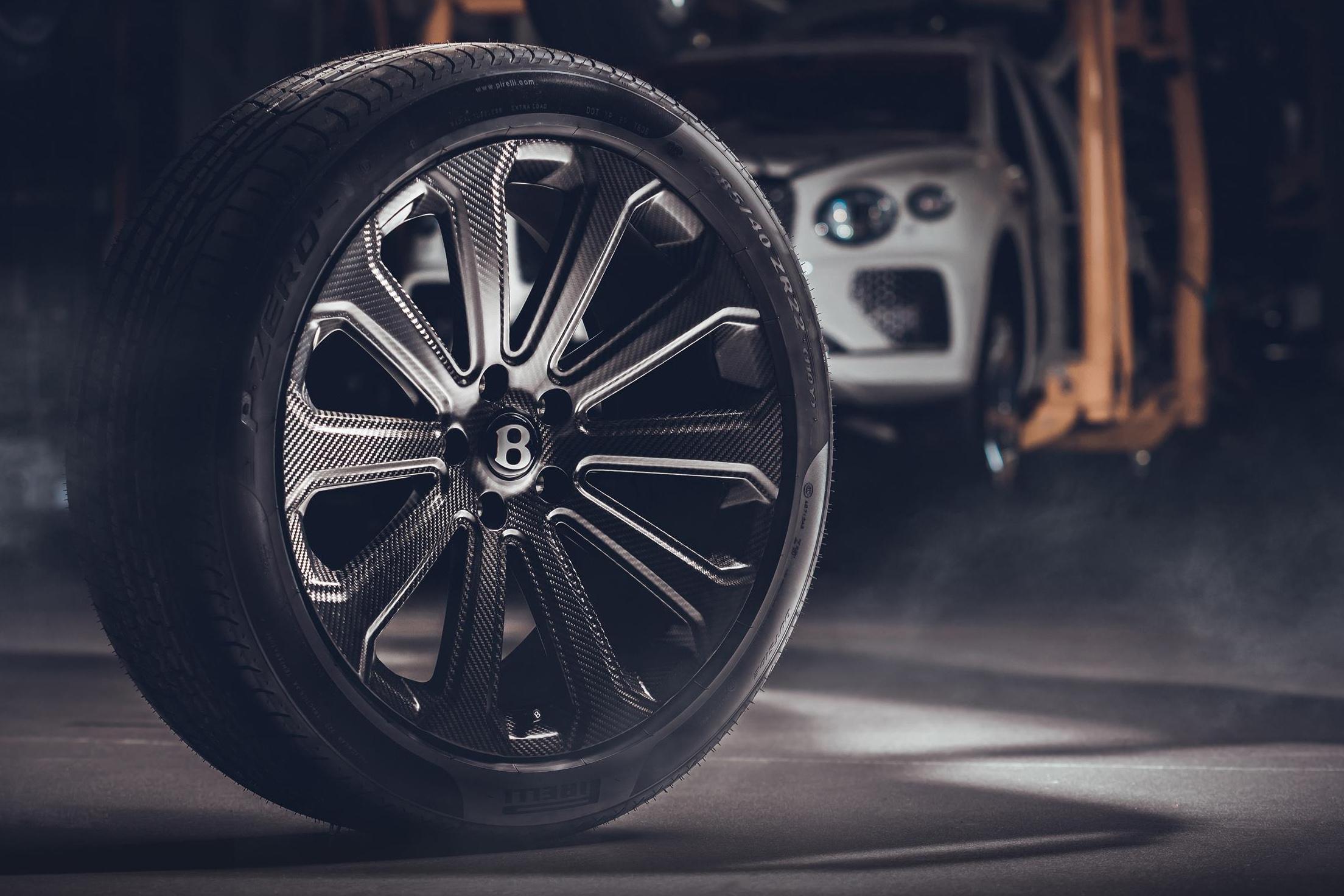 Detalhe da roda de 22 polegadas do Bentley Bentayga