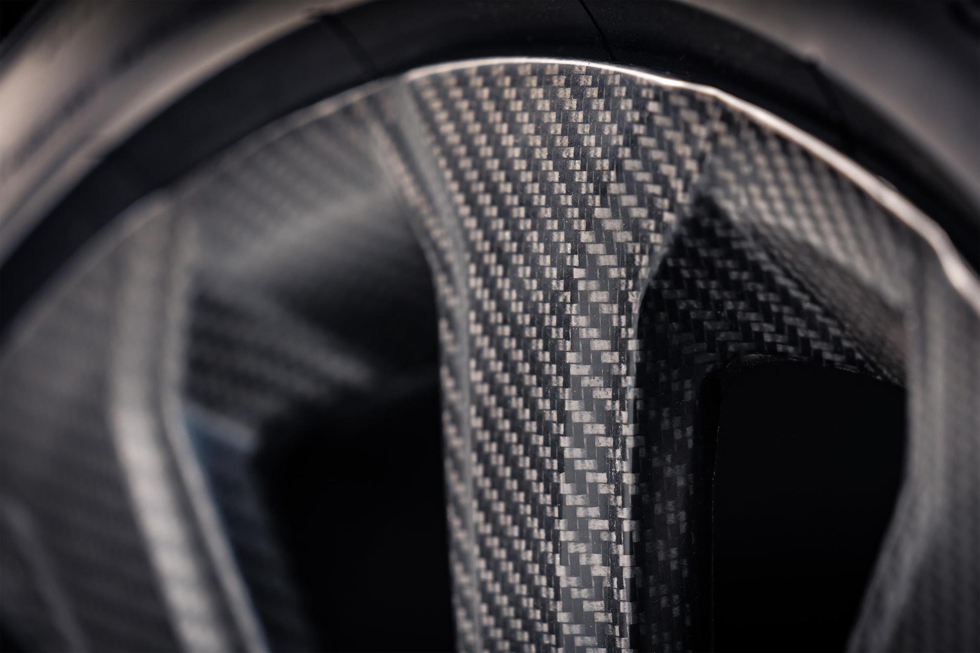 Detalhe da fibra de carbono da roda do Bentley Bentayga