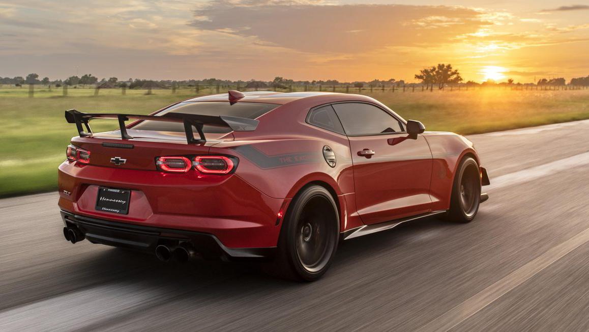 Chevrolet Camaro Exorcist vermelho visto 3/4 de trás
