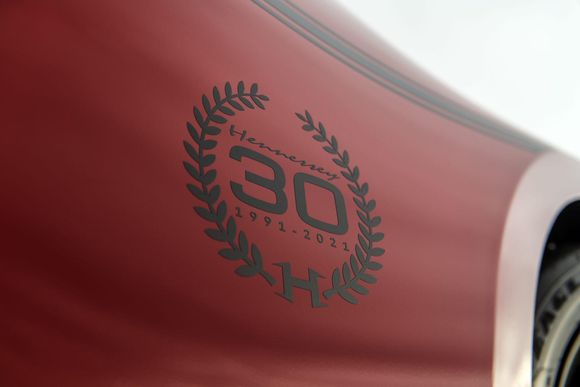 Detalhe do logo comemorativo no Chevrolet Camaro Exorcist vermelho