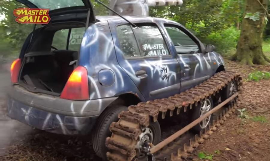 Renault Clio com trilho de tanque visto 3/4 de trás