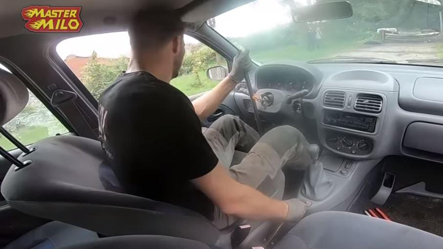 Renault Clio com trilho de tanque visto por dentro