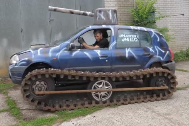 Renault Clio com trilho de tanque visto de lado