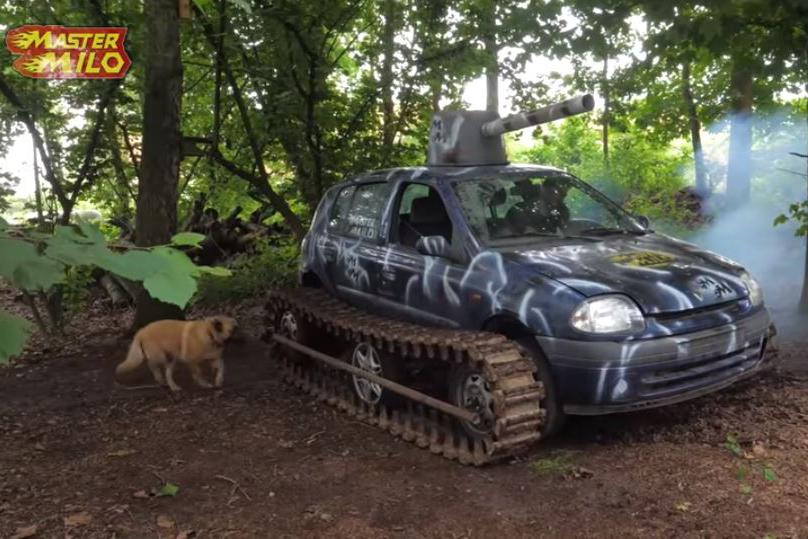 Renault Clio com trilho de tanque visto 3/4 de frente
