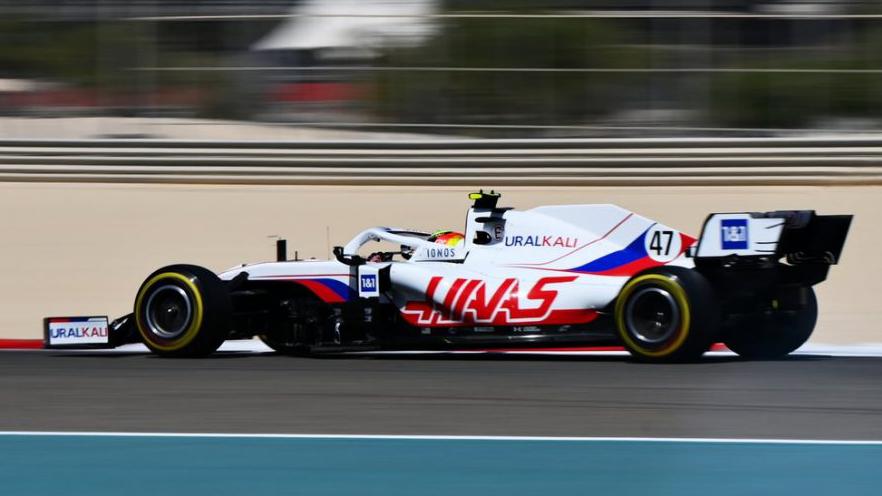 Carro de F1 da equipe Haas visto de lado