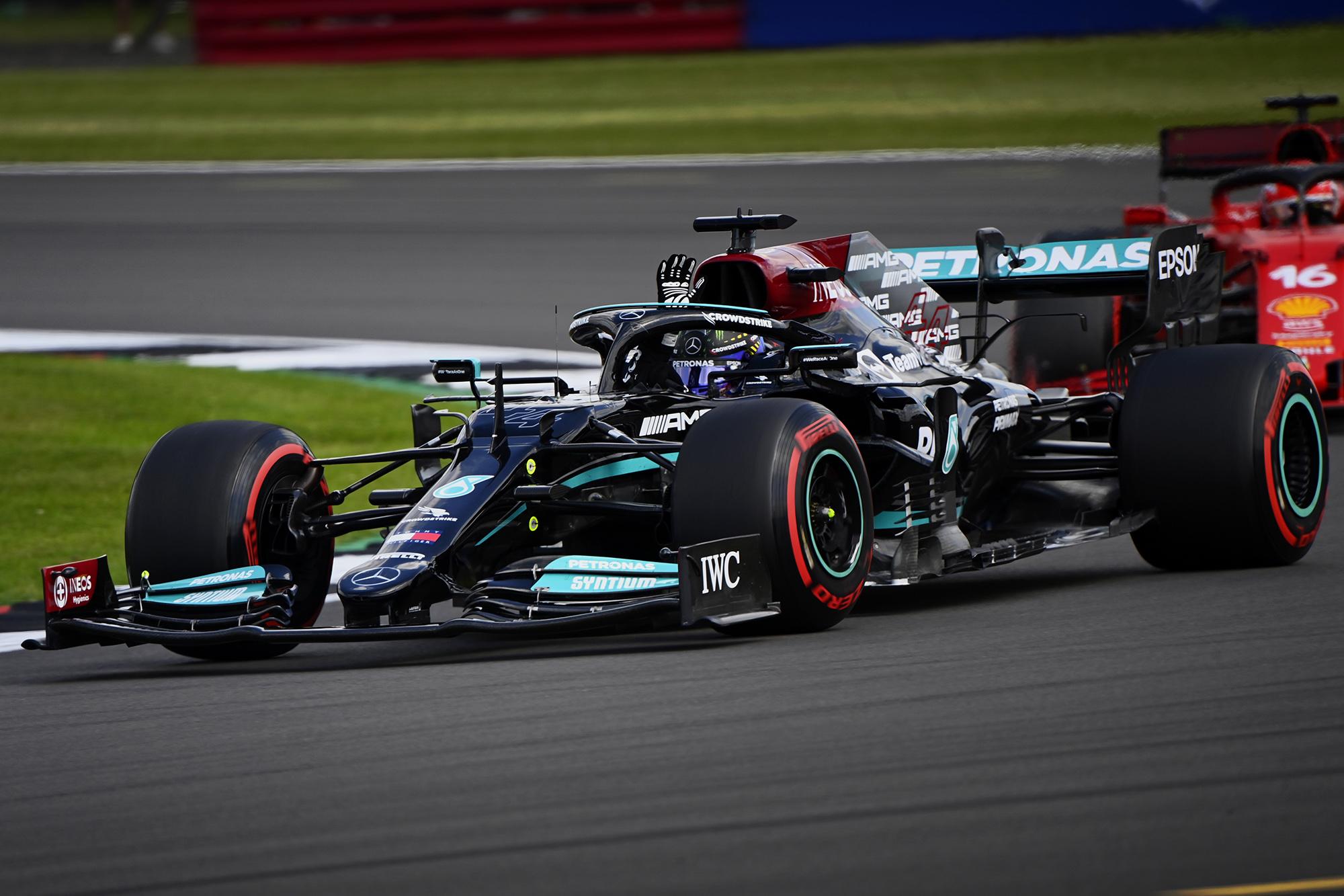 Carro de F1 da Mercedes de 2021 visto de lado