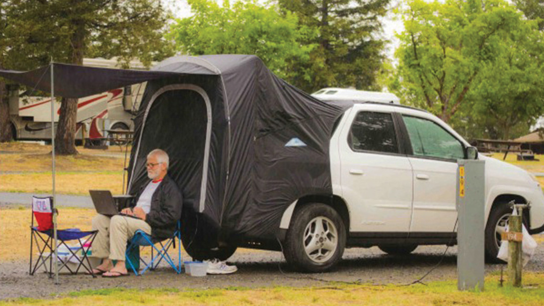 SUV Pontiac Aztek visto de lado com barraca de camping no porta-malas