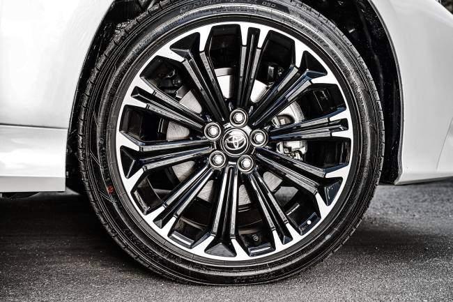 Corolla Gazoo Racing detalhe do pneu e roda
