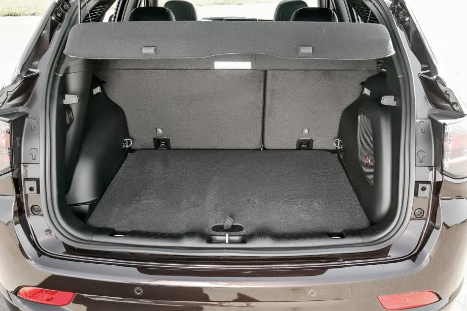Porta-malas tem 476 litros de capacidade e assoalho alto