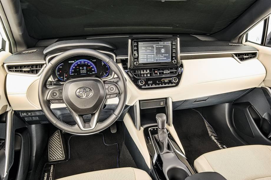 """Interior repete o desenho do Corolla sedã; é bonito, mas faz economias em relação ao """"irmão"""" de três volumes"""