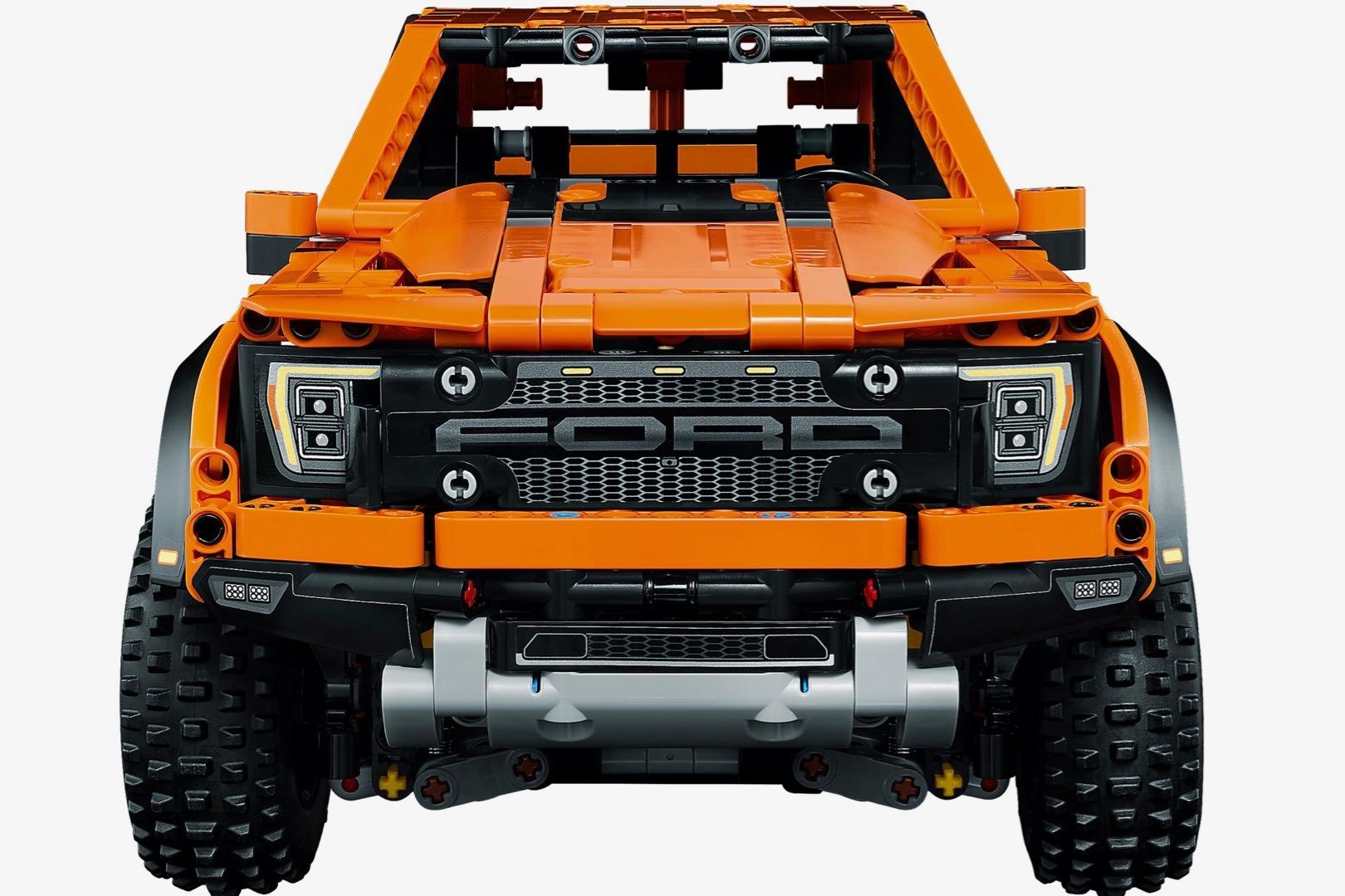 Ford F-150 laranja de LEGO visto de frente