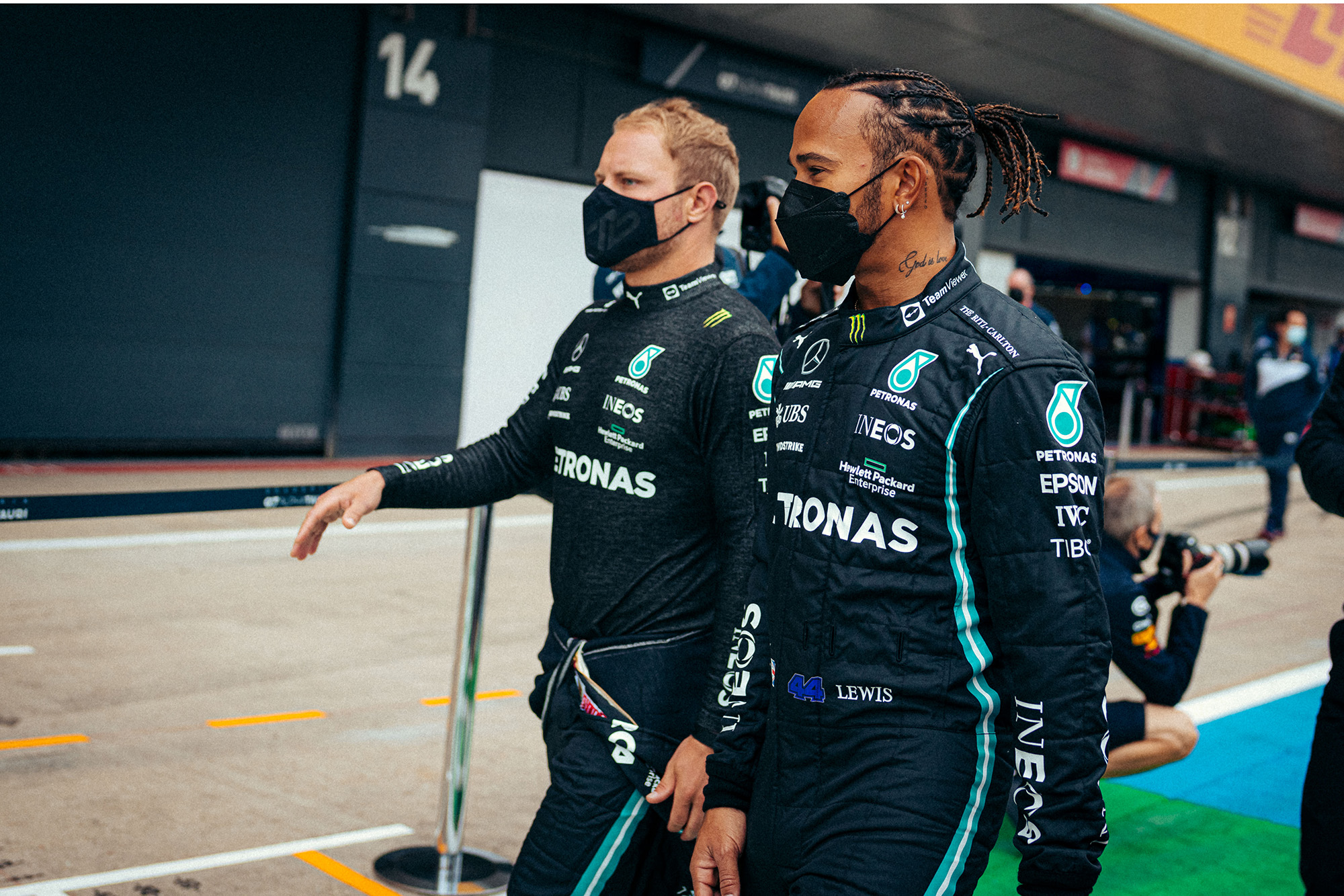 Lewis Hamilton e Valtteri Bottas andando
