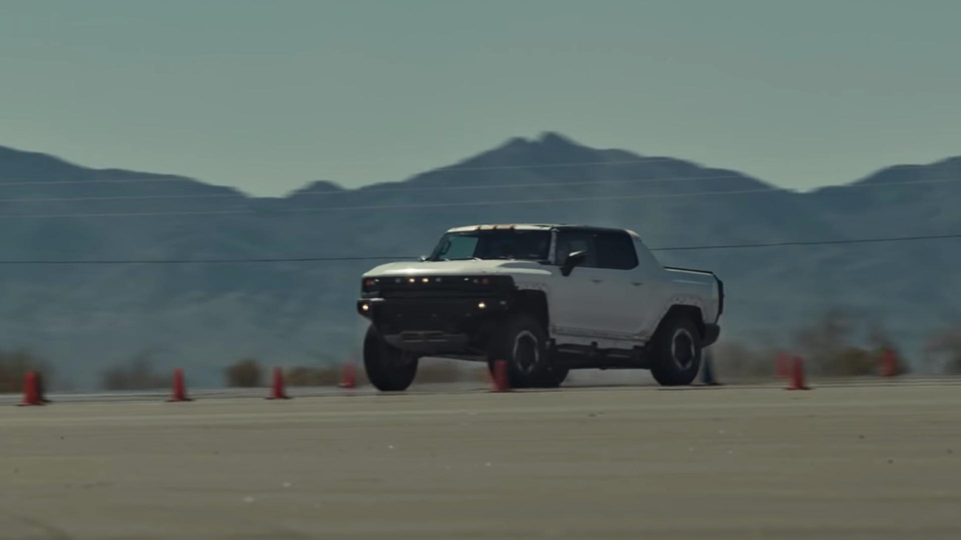 Picape Hummer elétrica acelerando em pista