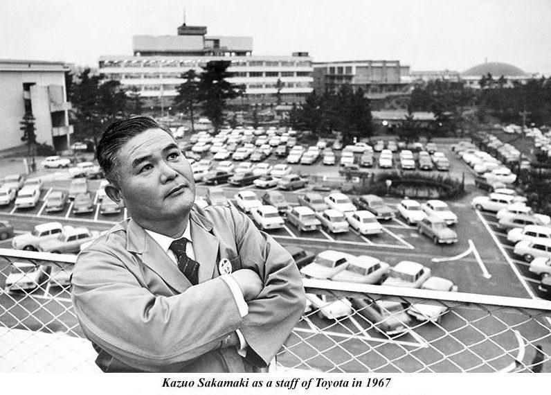 Kazuo Sakamaki em fábrica da Toyota no Japão em 1967