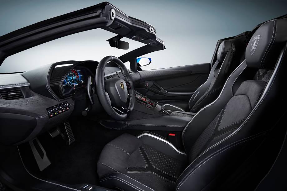 O interior foi pensado para ser luxuoso como o da versão S do Lamborghini Aventador