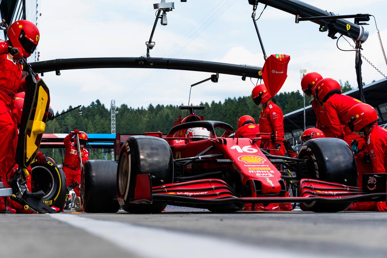 Ferrari de Charles Leclerc durante pit stop