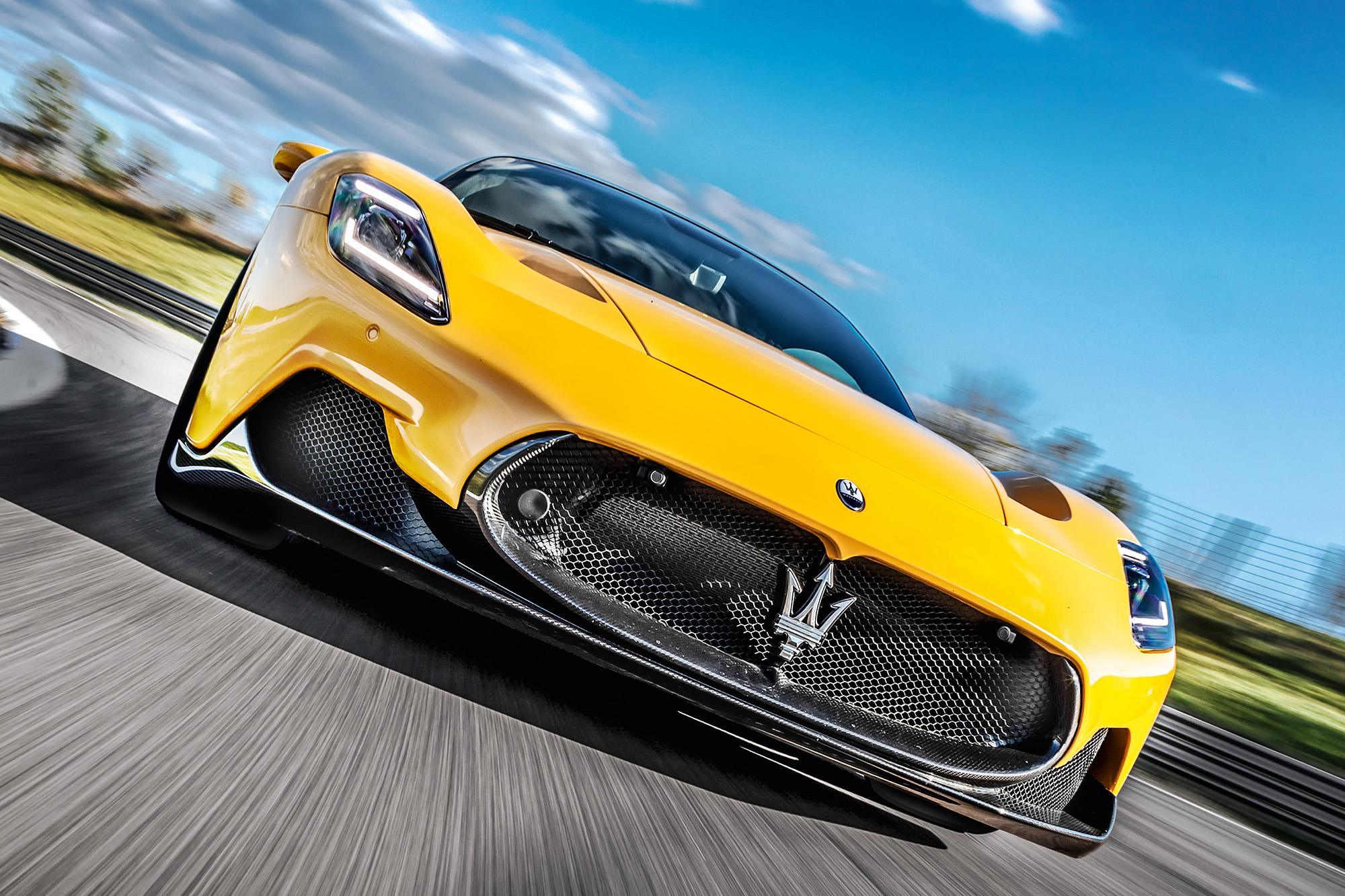 Maserati MC20 amarelo visto de frente