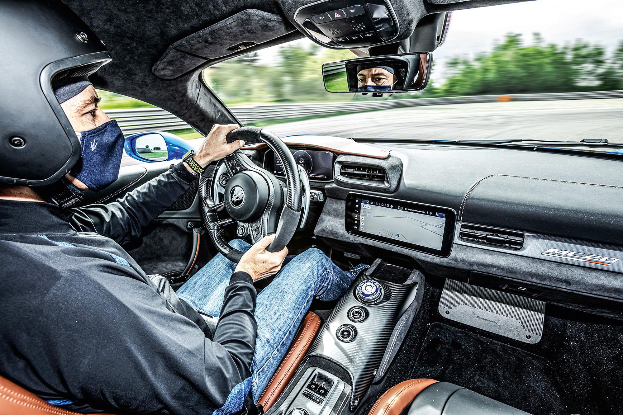 Cabine do Maserati MC20 com piloto