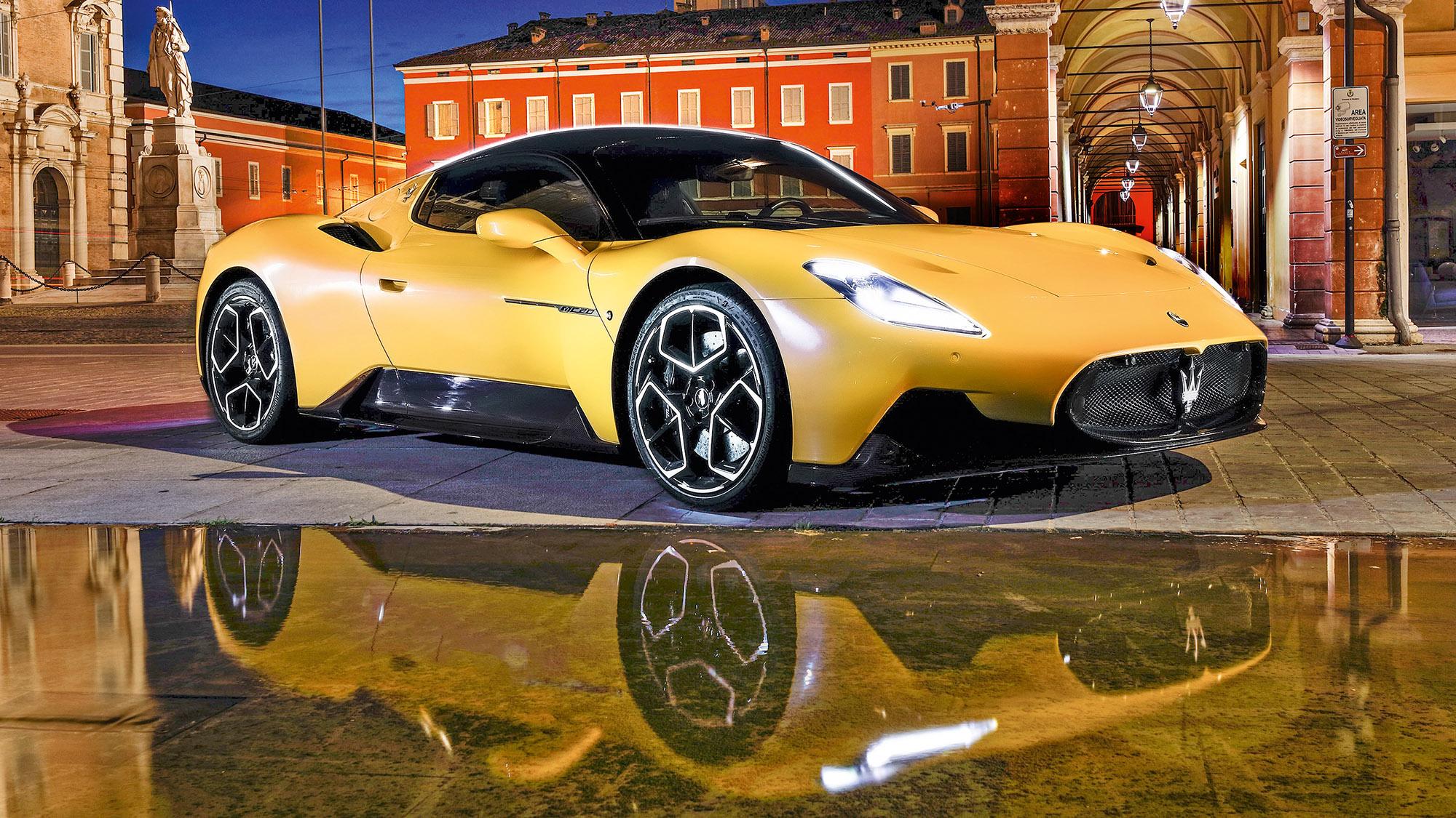 Maserati MC20 amarelo visto de lado