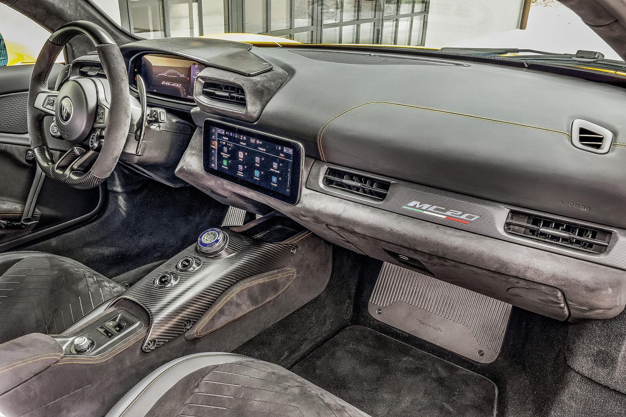 Interior do Maserati MC20 visto do banco do passageiro