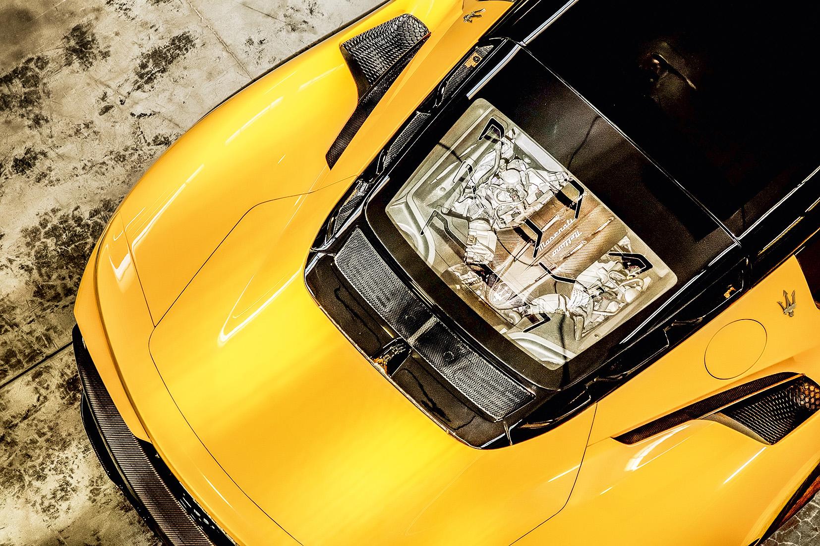 Motor da Maserati MC20 amarela visto de cima